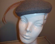 Vintage 40s 50s Grey Felt Capulet Calot Hat With Long Tan Feather Accent / Mod Rockabilly Pin Up Girl Burlesque Costume / Mad Men Party