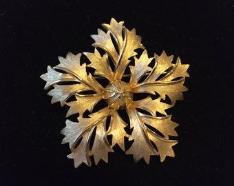 Vintage  TRIFARI SNOWFLAKE leaves gold tone pin brooch signed 1960's