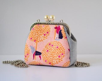 Pearl framed Purse - Wolf in the spring
