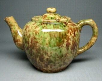 yellowware / spongeware teapot being sold AS IS , maybe made by Bennington ? Rockingham ?