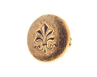 Victorian Fleur de Lis Button Pin Taille d'Epargne Enamel