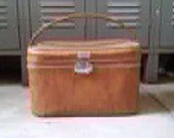 Amelia Earhart train case in good condition.