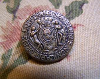 "Vintage 15/16"" Antique Brass Tone Metal Button, King Ludovicus (no. 1718)"