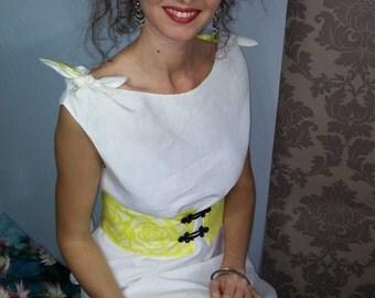 Trapeze dress / Chasuble in white linen / nodes shoulder / belt yellow brandebourgs. 00616