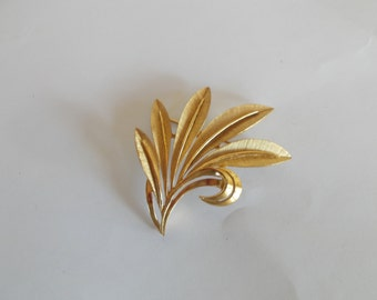Vintage Trifari Large Leaf Goldtone Brooch //5