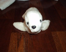 """1978 Adorable R. DAKIN & Co. White SEAL Plush Beans Filled Animal (6"""" H x 10"""" L) w/Whiskers, Beaded Eyes and Tush Tag (Made in Korea) Rare"""