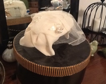 Vintage woman's hat with veil, Ivory.