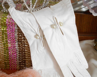 Gorgeous 1960's White Kidd Leather Gloves with Front Pearl Buttons - Size 7