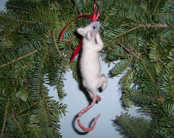 Needle felted climbing Mouse