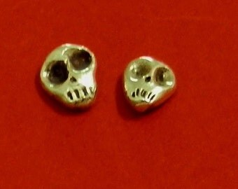 Earrings of skulls