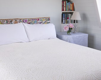 WHITE APPLIQUE BEDSPREAD - Cotton backed
