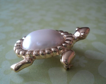 Turtle Brooch Trifari Fine Costume Jewelry Gold Tone Faux Pearl Turtle Pin Vintage Style Cute Natural Wildlife Brooch Sweet Gift Item