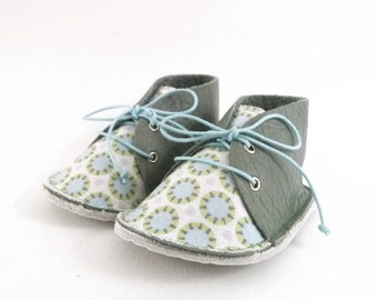 Baby shoes, green leather and cotton