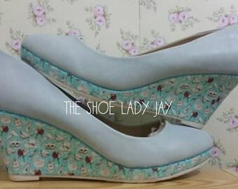 Alice In Wonderland Cheshire cat pattern light pastel blue low wedge heels shoes fan size 8 eu 41 funky unique