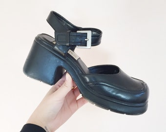 black chunky heel Mary Jane shoes // vintage 90s 80s