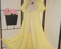 """Vintage Jenelle yellow open front robe peignoir nightgown full sweep Medium Large bust to 44"""" waltz length; beige lace trim; pinup; boudoir"""