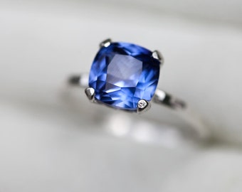 Corn Flower Blue Sapphire Ring - Blue Sapphire Engagement Band - Blue Sapphire Hammered Silver Band - Contemporary Blue Sapphire Ring