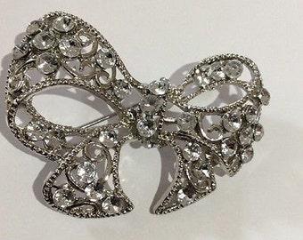Vintage Jewellery Sparkling Clear Rhinestone & Silver Pierced Bow Brooch/Pin.
