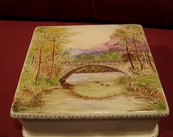 Lovely Vintage Lidded Trinket Box Produced by the Staffordshire Factory Of New Hall - Hanley