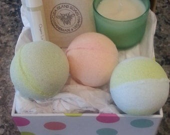Small Gift Set for her-Bath & Body Gift Box with soap, bath bombs, candle, lip balm, Gift under 25 bucks, spa set, pampering gift for her