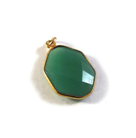 1 Green Onyx Charm, One Gold Plated Gemstone Pendant, Irregular Hexagon Bezel, 20mm x 12mm Charm for Jewelry (C-Go1f)