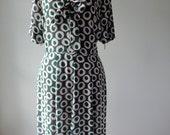 Vintage 1940s dress . 40s print dress . volup dress