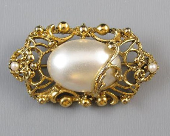 Vintage gold tone faux mabe pearl Art Nouveau style brooch pin