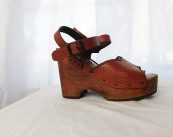 Vintage 70s 1970s Perforated Brown Leather and Wood Wedges Sandals Shoes - Size 6 1/2 - Hippie Boho