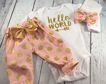 Newborn Girl Take home Outfit. Newborn Girl. Newborn Outfit. Hello World Onesie. Baby Girl Outfits. Gold Glitter.  Baby take home outfit