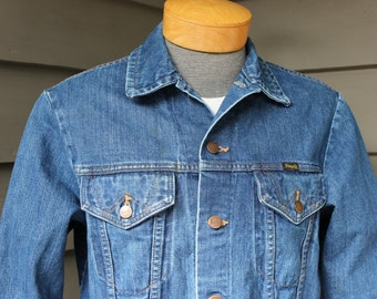 vintage 1970's -Wrangler- 2 pocket denim trucker jacket. Faded Blue with some staining but overall NiCE! Size 40 - Small / Medium