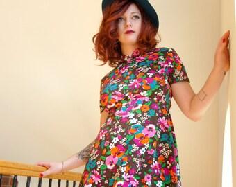 Vintage colorful floral mini dress, short sleeve, A-line 1970s L