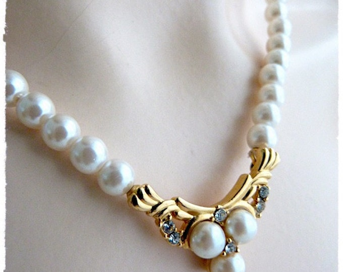 V-shaped Richelieu faux PEARLS NECKLACE with golden PENDANT