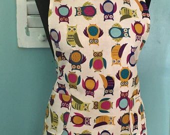 Women's reversible full apron with contrasting front pocket