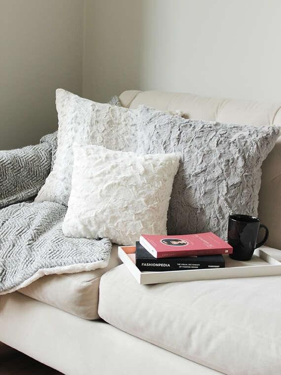 coussin fausse fourrure ivoire canap coussin gris housse. Black Bedroom Furniture Sets. Home Design Ideas