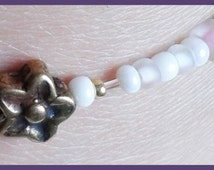 Elastic ankle chain Without clasp. Flower old-looking golden aspect, pink, purple and white different pearls. For women.
