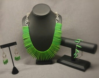 Set of necklace, bracelet and semi-precious stones displays green