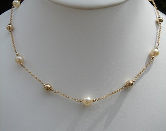 With Akoya pearl necklace in gold 585 (14 K)!