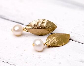 Zierliche, matt vergoldete Blatt-Ohrstecker mit Süßwasserperle, Perlenohrringe, Perlenschmuck, vergoldete Ohrringe, zierliche Ohrstecker