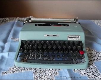 Vintage Working Manual Typewriter Olivetti Lettera 32. Portable turquoise Olivetti. Made in Italy in 1970s.