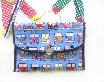 Petit cartable pour enfant en toile cirée  à porter sur l'épaule .  .Petit sac maternelle