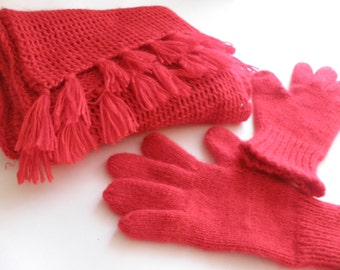 Scarf and gloves in red.