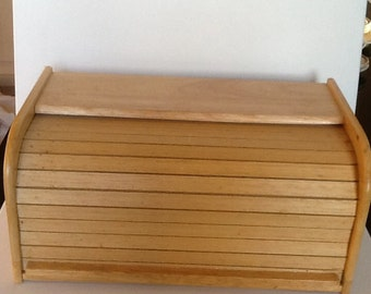 Vintage wooden bread box, vintage wood cake box. Vintage bread storage box with roll top closure in great condition. Vintage wood bread box.