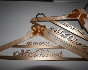 Personalized hanger wedding name and date - Hanger wedding - wedding dress hanger - Bridal hanger - Bridesmaid Hanger - Name Hanger -gift