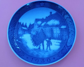 Royal Copenhagen PLATE 1980 Bringing Home The Christmas Tree
