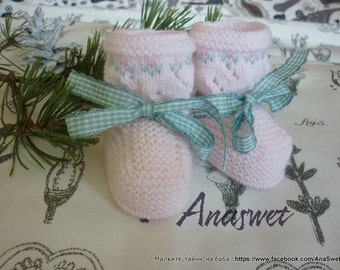 Knitted baby booties/slippers/shoes in pink with an embroidery and a ribbon, for girls