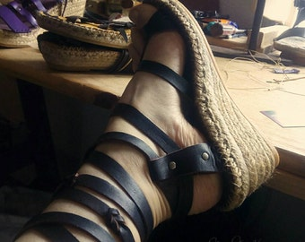 """Sandals strips fully adjustable crusades to the shape of your foot. Jute-soled wedge 6cm, espadrilles-espadrille style. MOD."""" Pilgrim"""""""