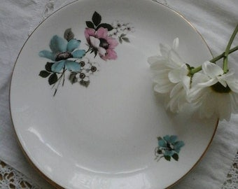 Vintage cake plates~vintage china plates~Windsor bone china plates~vintage wedding plates~blue and pink plates~vintage china~tea plates~