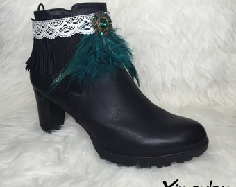 Overtboots with green feathers for boots