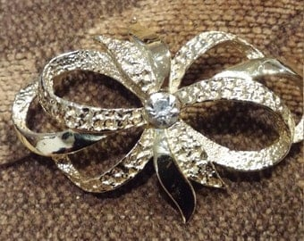 Unusual Light Gold Tone metal Bow Brooch signed Gerry