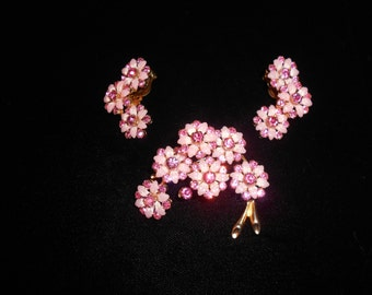 Vintage Jewelry, Pink Gems and Gold Backing Brooch.